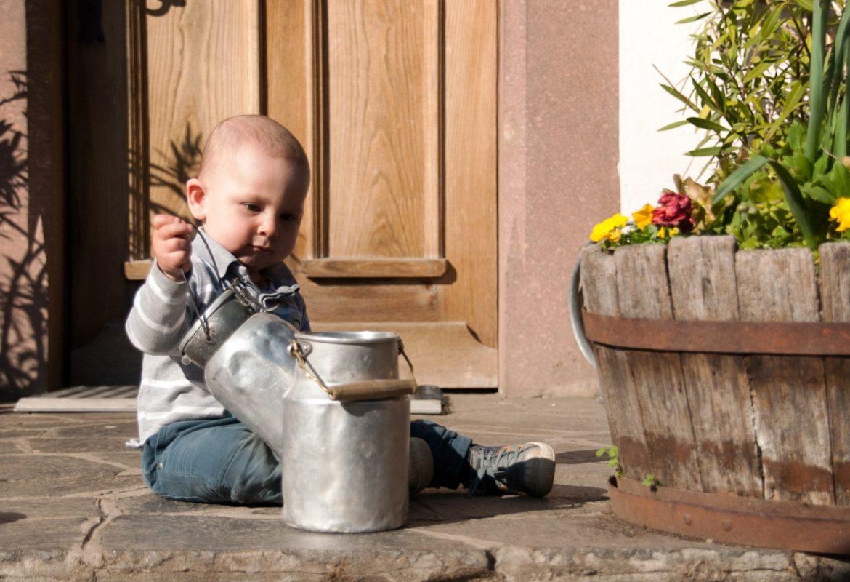 Ben spielt mit den Milchkannen