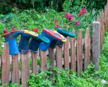 Stiefel hängen auf dem Zaun